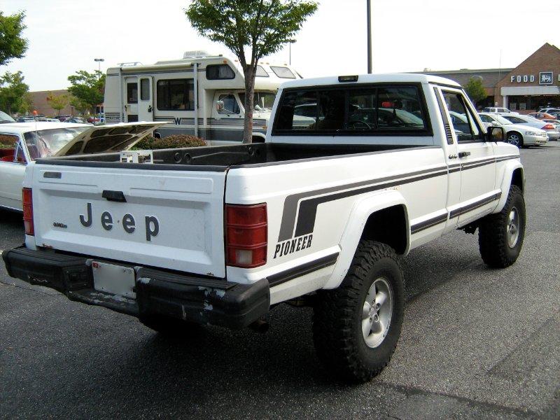Jeep_Comanche_Pioneer_white_MD_r.jpg